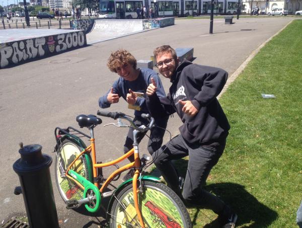 des cyclistes amusants à Nantes