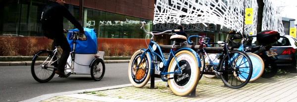 Un vélo publicitaire (écovélo) garé en ville