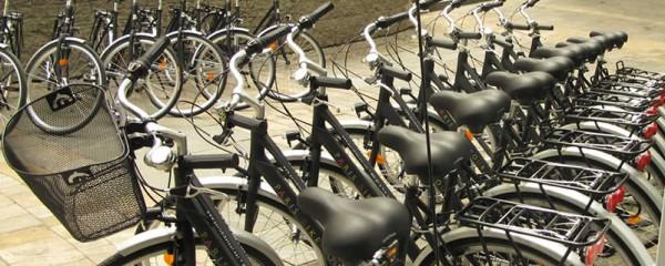 Parking à vélos avec une flotte garée