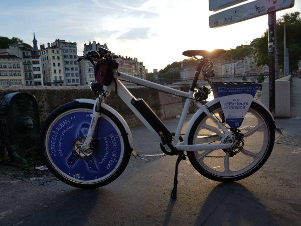 50 cyclistes Lyonnais participent à cette belle cause, et parcourent la ville avec leurs vélos UNISEP
