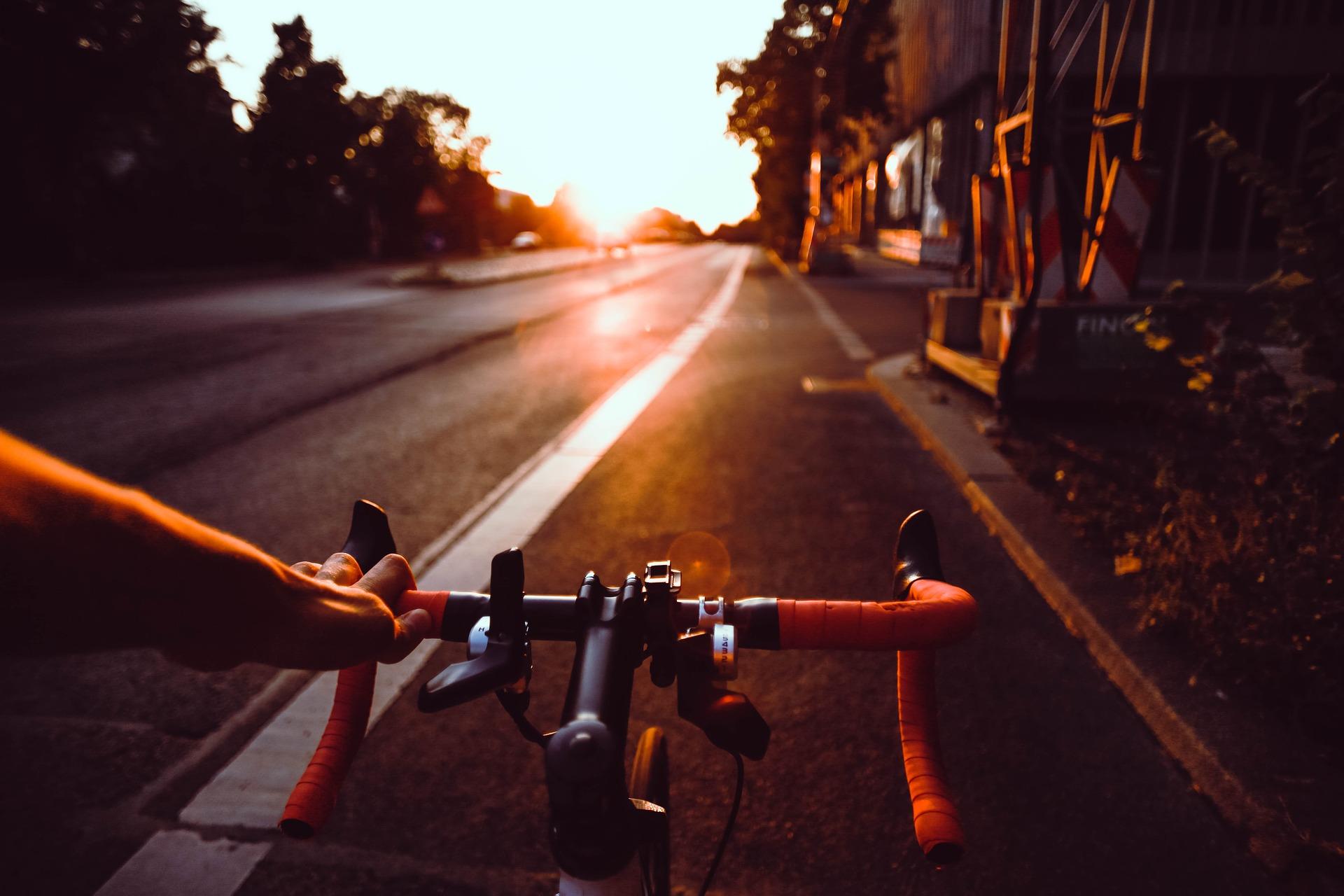 Cycliste au soleil couchant