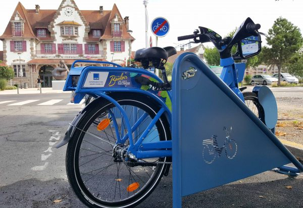 Vélo libre-service devant la gare de La Baule