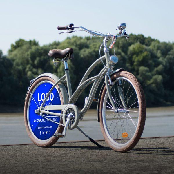 Vélo d'entreprise Cruiser Coaster avec 1 enjoliveur sur la roue arrière. Une roue pleine aux couleurs de votre entreprise