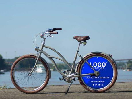 Vélo de fonction Cruiser. Roue arrière pleine, roue lenticulaire aux couleurs de votre entreprise. Pensez vélotaf !