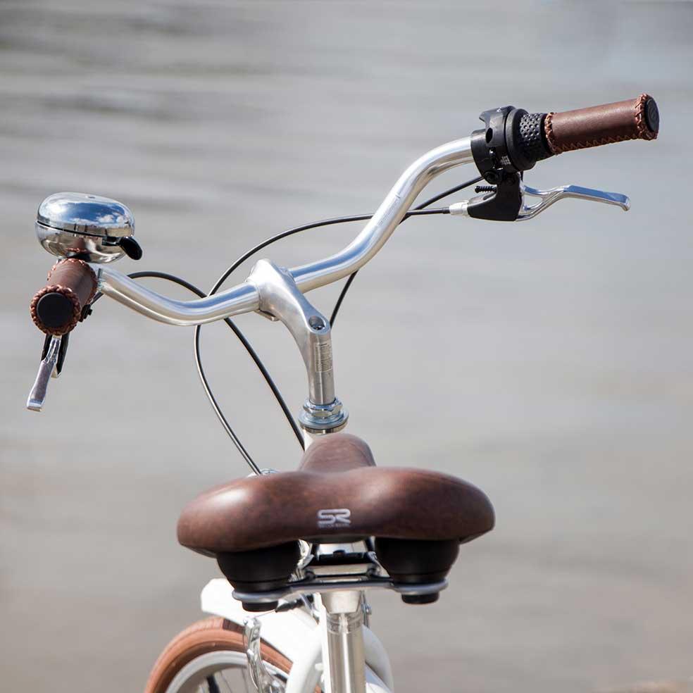 Vélo de ville Coffee mixte. Une selle et un guidon en cuir pour une assise et une conduite très confortables. L'idéal pour un confort total lors de vos déplacements urbains