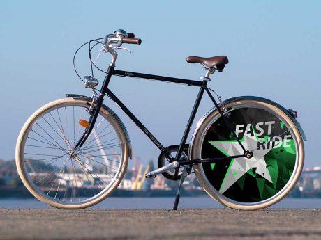 Avec sa ligne épurée, ce vélo de ville Coffee est un vélo pour homme au style vintage. Un enjoliveur à l'arrière au design Fast Ride réalisé par nos créateurs