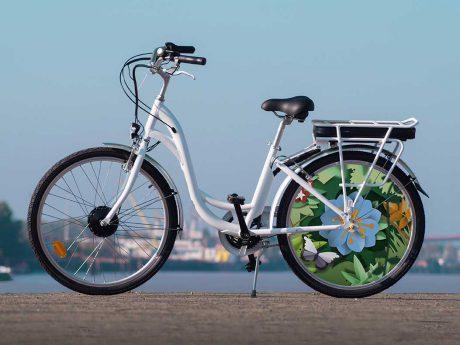Le vélo à assistance électrique E-Colors dans son modèle de collection Canopée. Un look sobre et un enjoliveur fleuri à l'arrière pour rouler en ville en toute simplicité