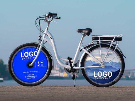 Vélo à assistance électrique dans sa version vélo de fonction. Deux roues lenticulaires à l'avant et à l'arrière. Des enjoliveurs aux couleurs et logo de votre entreprise. Un vélo électrique E-Colors qui deviendra alors un vélo de fonction dans votre société