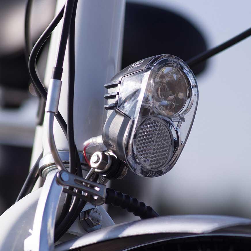 Détail de la lumière de ce vélo électrique E-Colors. Pour voir et être vu en ville et ainsi rouler le plus sereinement possible en toute sécurité