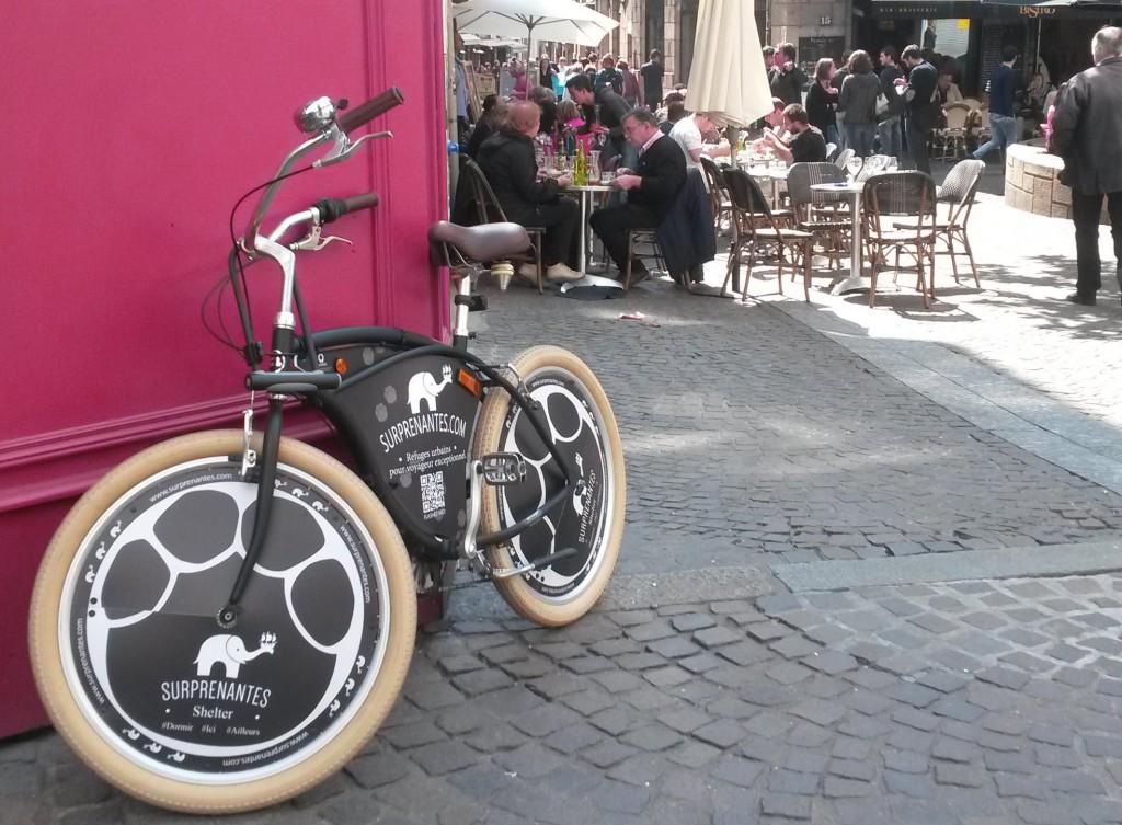 Flèchage de boutique grâce à un vélo.