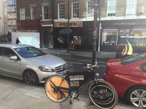 L'un des vélo Stop trottoir des restaurants Big Fernand (ici à Londres)