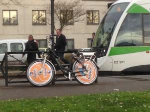 L'un des vélos de la société Maison & Services en stationnement dans Nantes